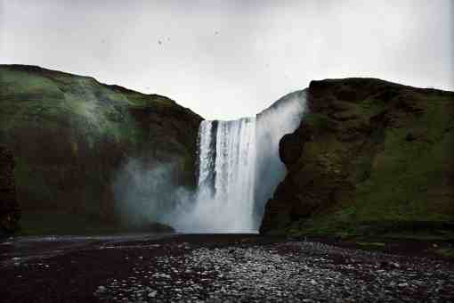 Skogafoss Wasserfall in Island an einem grauen Tag