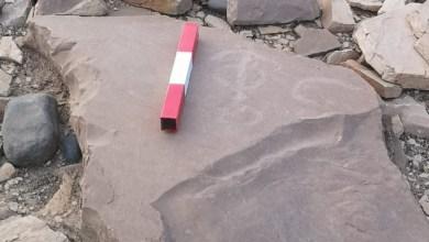 صورة مواطن يعثر على نقش تاريخي .. ومُختصة تقول: قد يكون الأقدم عُمانيًا