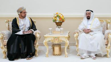 صورة حاكم الشارقة يستقبل وفدًا عمانيًا