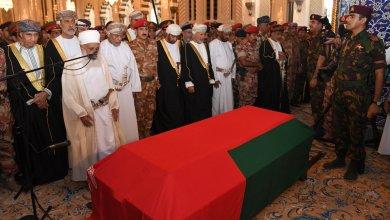 صورة خبير في الإيتيكيت الدبلوماسي يوضح البروتوكول العسكري بجنازة والدنا السلطان قابوس