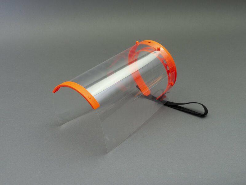 بالصور: شركة عمانية تصنع قناعًا للوجه مقاومًا للميكروبات
