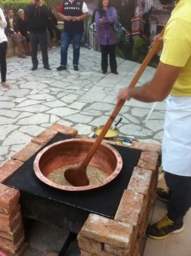 Παρασκευή τρικαλινού χαλβά σε παραδοσιακό σκεύος, στο