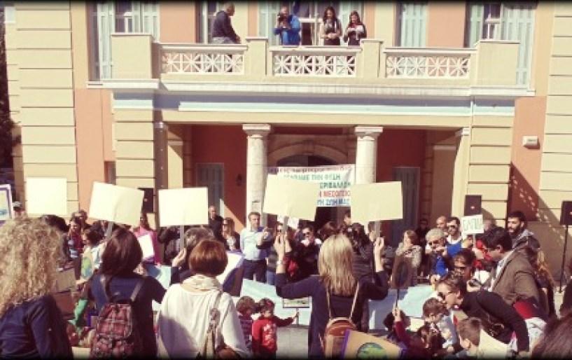 Γέμισε από λιλιπούτιους «διαδηλωτές» η πλατεία Ελευθερίας