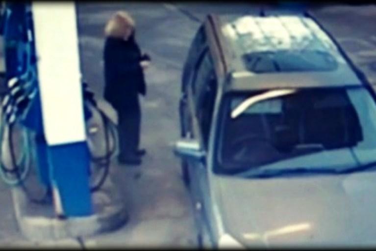 Γυναίκα οδηγός προσπαθεί να βάλει βενζίνη…