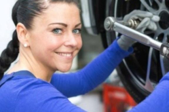 Συνεργείο αυτοκινήτων μόνο για γυναίκες