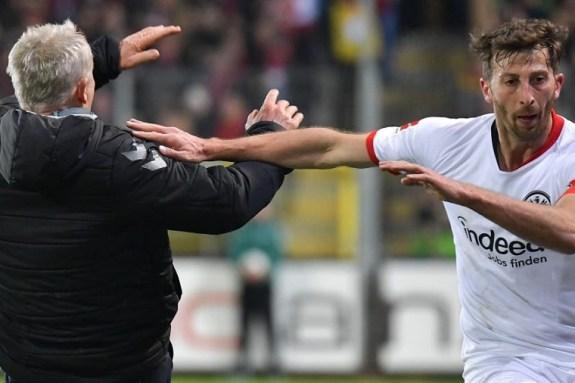 Τιμωρία 7 αγωνιστικών στον Άμπραχαμ για το χτύπημα στον προπονητή της Φράιμπουρκ (pics+vid)