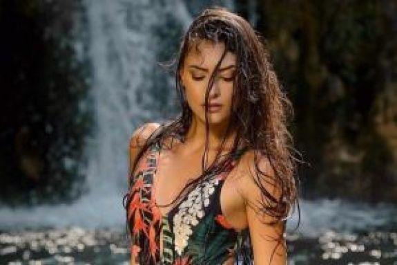 Η Εύη Ιωαννίδου ποζάρει με μαγιό και δείχνει το ατελείωτο κορμί της (pics)