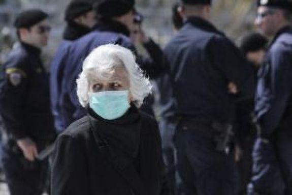 Κοροναϊός: Πώς βάζουμε και βγάζουμε σωστά τη μάσκα –Αναλυτικές οδηγίες