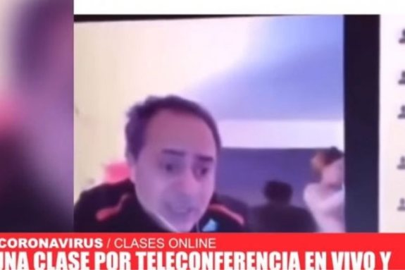 Viral βίντεο: Αργεντίνος έκανε μάθημα online όταν εμφανίστηκε η γυναίκα του… γυμνή