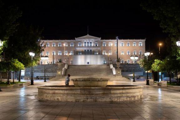 Κορωνοϊός : Η Αθήνα ερήμωσε ξανά – Άδειες πλατείες και δρόμοι μετά το νέο αρνητικό ρεκόρ κρουσμάτων