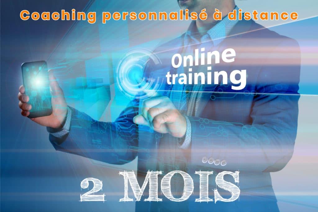 Homme avec smartphone à la main. Son téléphone projette online coaching 2 mois. Il s'agit d'un coaching personnalisé à distance avec 2 mois d'entraînement suivi.