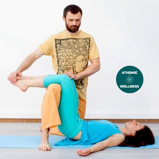 Photo d'un thérapeute réalisant une technique de thaï yoga massage