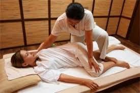 Étirement lors d'une séance de massage thaïlandais