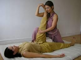 Etirement passif forcé des ischio-jambiers lors d'une séance de massage thaïlandais
