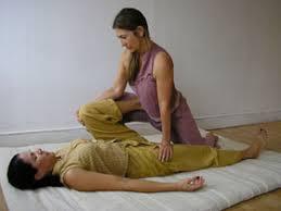 Étirements en thaï yoga massage