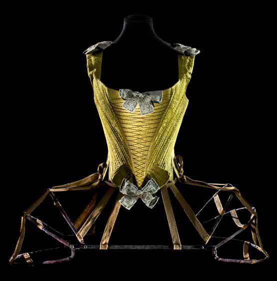 Sous-vêtement féminin - la crinoline