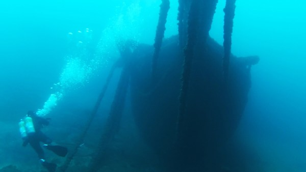 Andy Tidy diving the Bow of the Thomas Hume