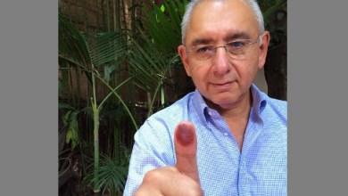 El senador Salvador Vega emitió su voto en la ciudad de Morelia