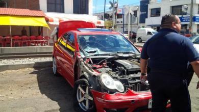 Un automóvil Mercedes Benz fue impactado por el tren sobre la Avenida Michoacán, al poniente de esta capital (FOTO: FACEBOOK)
