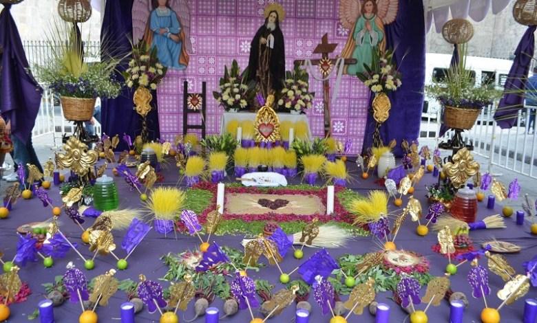 Es de resaltar que este altar tiene como imagen principal a la Virgen de Dolores quien muestra un rostro afligido, sus manos sostienen un pañuelo blanco y se destaca su vestido de color morado y su inmaculado velo albo