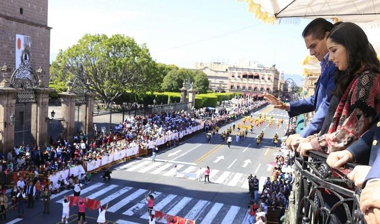 En este tradicional desfile que transcurrió en completa calma y sin ningún incidente, participaron 3 mil 486 personas divididas en 106 contingentes
