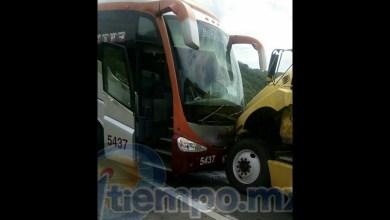En el percance resultó lesionado solamente el conductor del autobús quién con lesiones leves fue atendido en el lugar por personal de emergencias