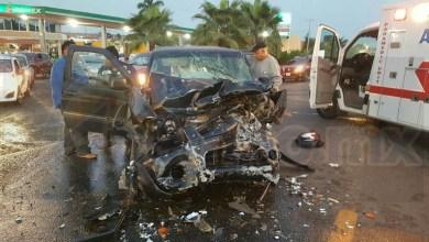 Tras el fuerte impacto de la camioneta que golpeó el tanque de diésel del tráiler género que el conductor de la misma quedara inconsciente y gravemente herido a bordo de su camioneta