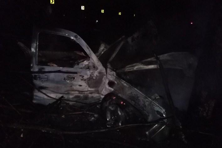 A consecuencia del percance sobrevino una explosión dónde tres de los ocupantes quedaron calcinados en la unidad, mientras que un cuarto cuerpo salió proyectado de la camioneta quedando a varios metros del siniestro sin vida