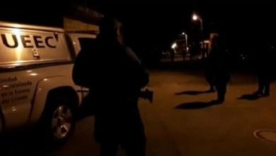 Al lugar acudieron elementos de la Policía Michoacán, los cuales localizaron sobre la misma calle a la altura del número 33 una persona tirada el cual presentaban impactos de arma de fuego