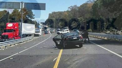 Tras el brutal choque los ocupantes de ambos carros quedaron lesionados, sin embargo el chofer del vehículo de color rojo estaba prensado entre los fierros retorcidos