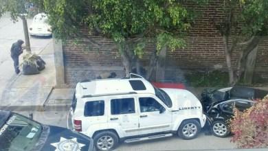 Al lugar acudieron elementos de la Policía Michoacán, así como paramédicos de Protección Civil, los cuales confirmaron la muerte de un hombre y que el otro resultó gravemente herido