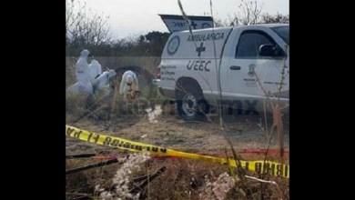 Los médicos y peritos de la Unidad Especializada en la Escena del Crimen (UEEC) de hicieron cargo para trasladar el cuerpo al Servicio Médico Forense en espera de que sea identificado