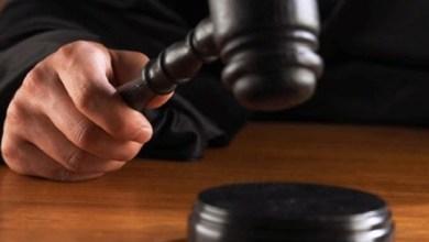 En audiencia y al presentar los datos de prueba que relacionan a César S., en el hecho, un juez de control resolvió vinculación a proceso y fijó prisión preventiva oficiosa hasta el cierre de la investigación