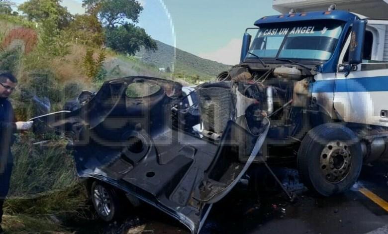 En el lugar localizan paramédicos completamente destrozado un auto Volkswagen tipo Jetta, de color negro, el cual fue impactado de frente por un camión tipo volteo de color blanco con azul y una camioneta Honda tipo Odyssey, de color blanca con placas de esta entidad