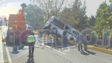 El conductor al sentir el impacto despertó y preguntó a los pasajeros que si se encontraban bien, arribando minutos después paramédicos y elementos de peritos así como la aseguradora de la unidad