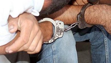 dos detenidos, esposados