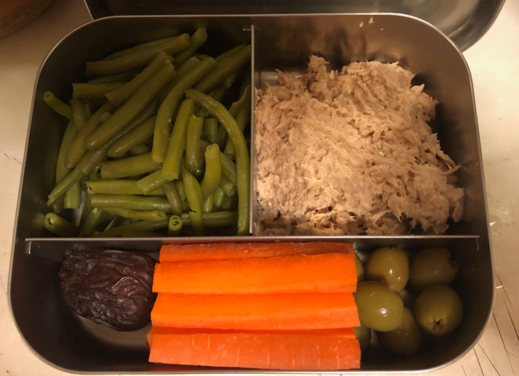 Tuna / green beans / date / carrots / olives