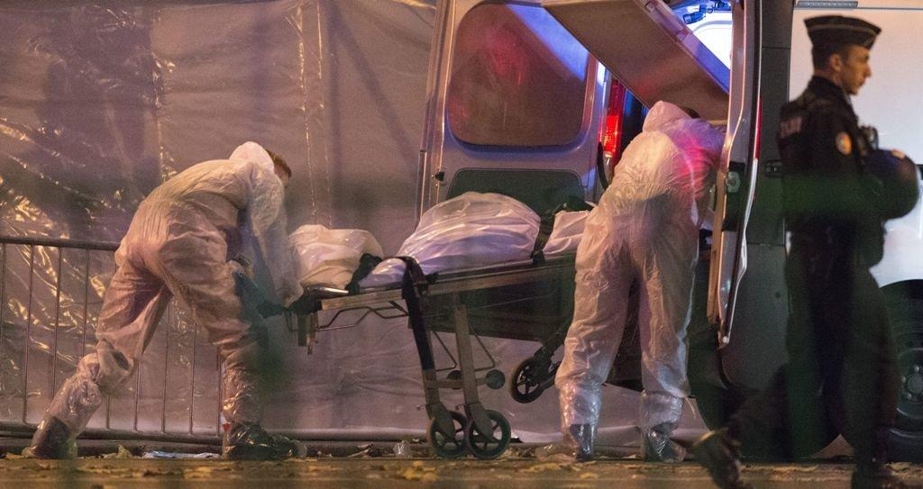 El cuerpo de una de las víctimas frente del teatro Bataclan en París