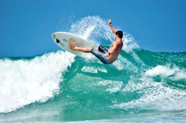 Surfista local Markus Harum