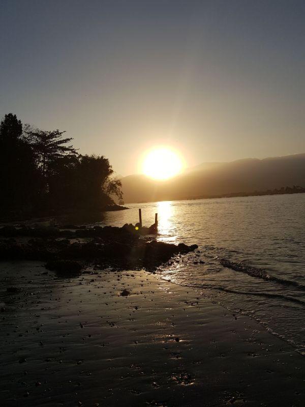 sol se pondo em uma maré seca.