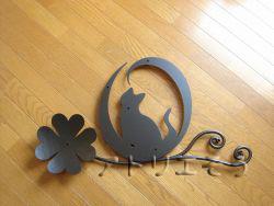 ロートアイアン風アルミ製妻飾りイニシャルO+猫+四葉のクローバー妻飾り