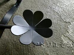 おしゃれで人気のロートアイアン風アルミ製オリジナル妻飾りHタイプのアイビーをクローバーのモチーフに変えた写真