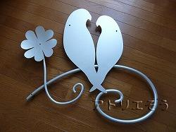 アトリエそうのオーダーメイドデザイン制作の妻飾りです。インコと四葉のクローバー組み合わせてデザインしたおしゃれで人気のロートアイアン風アルミ製オーダー妻飾り銀色塗装の写真