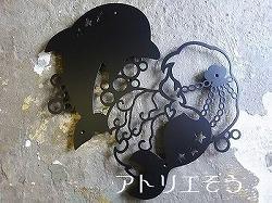 アトリエそうデザイン制作のオーダーメイド妻飾りです。イルカと人魚のモチーフをを組み合わせた素敵なロートアイアン風アルミ製妻飾りです。