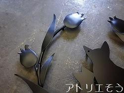 アトリエそうデザイン制作の 猫+チューリップ妻飾り です。チューリップに囲まれた猫をデザインしたロートアイアン風アルミ製のオーダー妻飾りです。