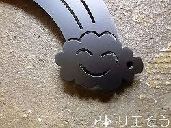 アルミ製妻飾り専門店アトリエそうオーダーメイドデザイン制作の虹と雲と鳥を組み合わせたおしゃれなステンレス製妻飾りの写真です。