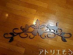 アトリエそうデザイン制作のオーダーメイド妻飾りです。柊と鐘と猫2匹をモチーフにしたかわいいロートアイアン風アルミ製妻飾りです。