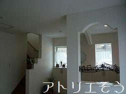 アルミ製の五線譜に音符で音楽を奏でた室内開口部飾りの設置写真
