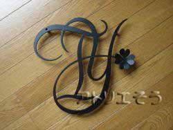 アルミ製妻飾りイニシャルTY+四葉のクローバー妻飾りの写真