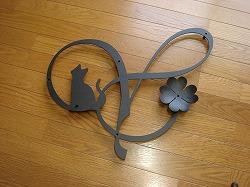イニシャルYと四つ葉のクローバーを組み合わせてデザインしたおしゃれで人気のロートアイアン風アルミ製オーダー妻飾りの写真